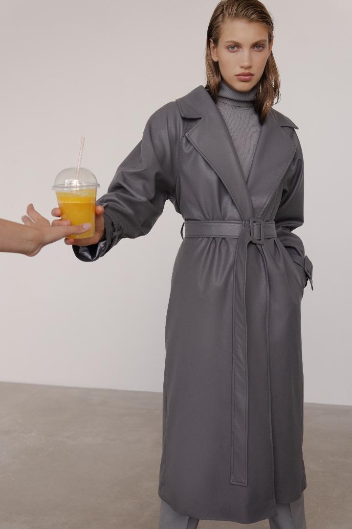 Вдохновляемся стилем Хейли Бибер: где купить кожаный тренч