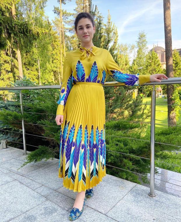 Дочь олигарха Александра Чигиринского Ирина: шелковая блузка Valentino, от 97 000 руб., шелковая юбка Valentino, от 175 000 руб. (Фото: @ira_chigirinskaya)