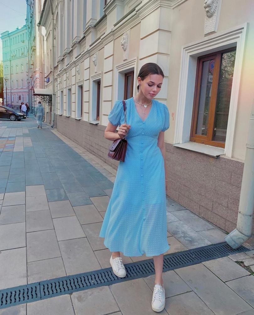 Дочь владельца телеканала «Царьград» Константина Малофеева Наталья: платье Botrois, 13 900 руб., сумка YSL, от 165 000 руб. (Фото: @lieee.m)