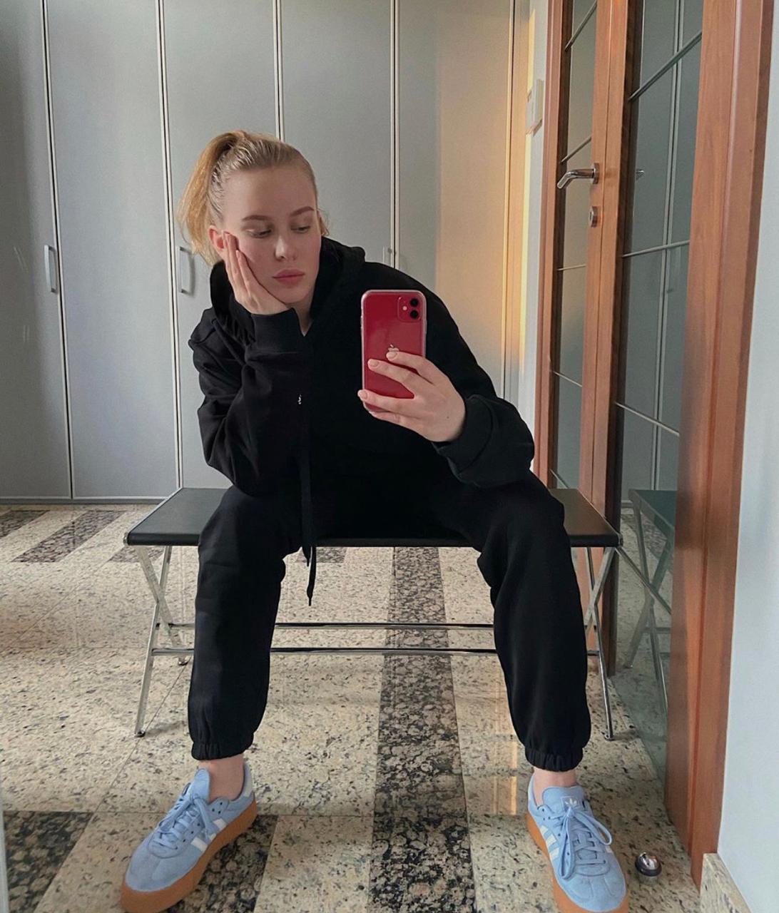 Дочь президента федерации спортивной борьбы России Михаила Мамиашвили Лиза: кеды Adidas Tyshawn, от 7 499 руб. (Фото: @lizamamik)