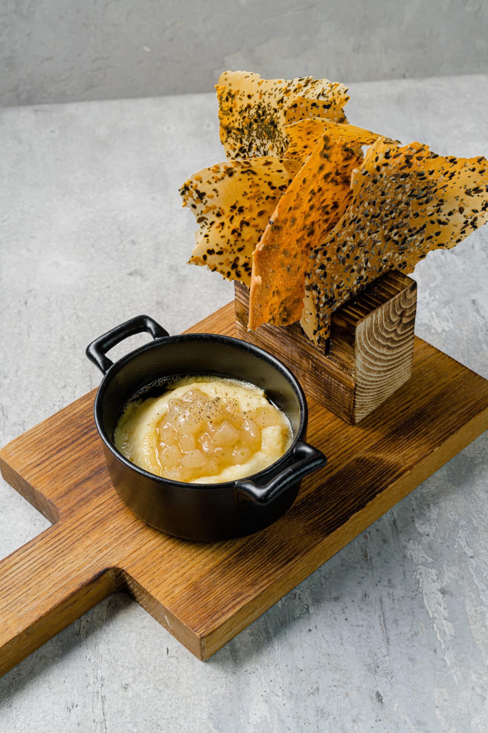 Запеченный сыр «Брийя де Шевр» чатни из груши и хрустики с семечками