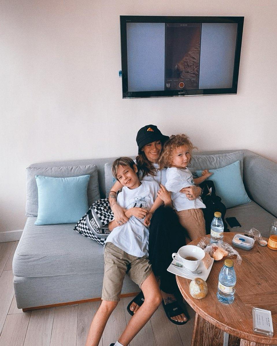 Айза с детьми. Фото: @aizalovesam