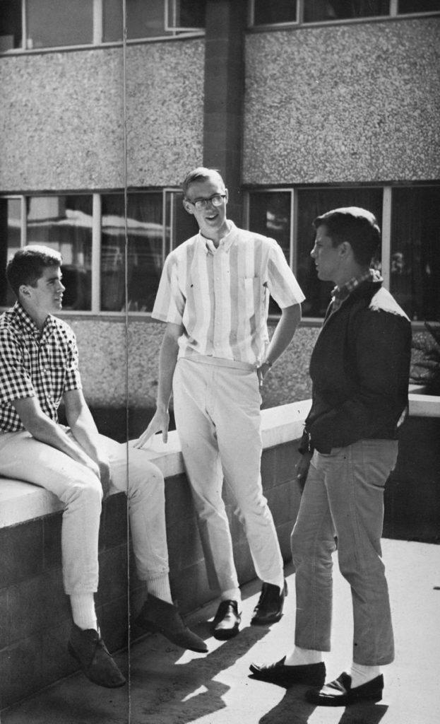 От студентов «Лиги плюща» и Майкла Джексона до Беллы Хадид и Гарри Стайлса: эволюция тренда на белые носки с классической обувью