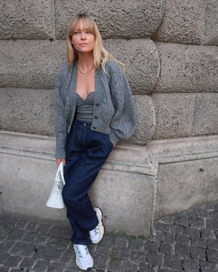 С рубашкой и водолазкой: как носить кроп-топ зимой и выглядеть стильно