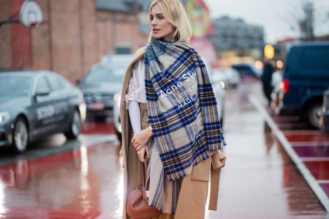 Утепляемся стильно: как носить шарф этой зимой