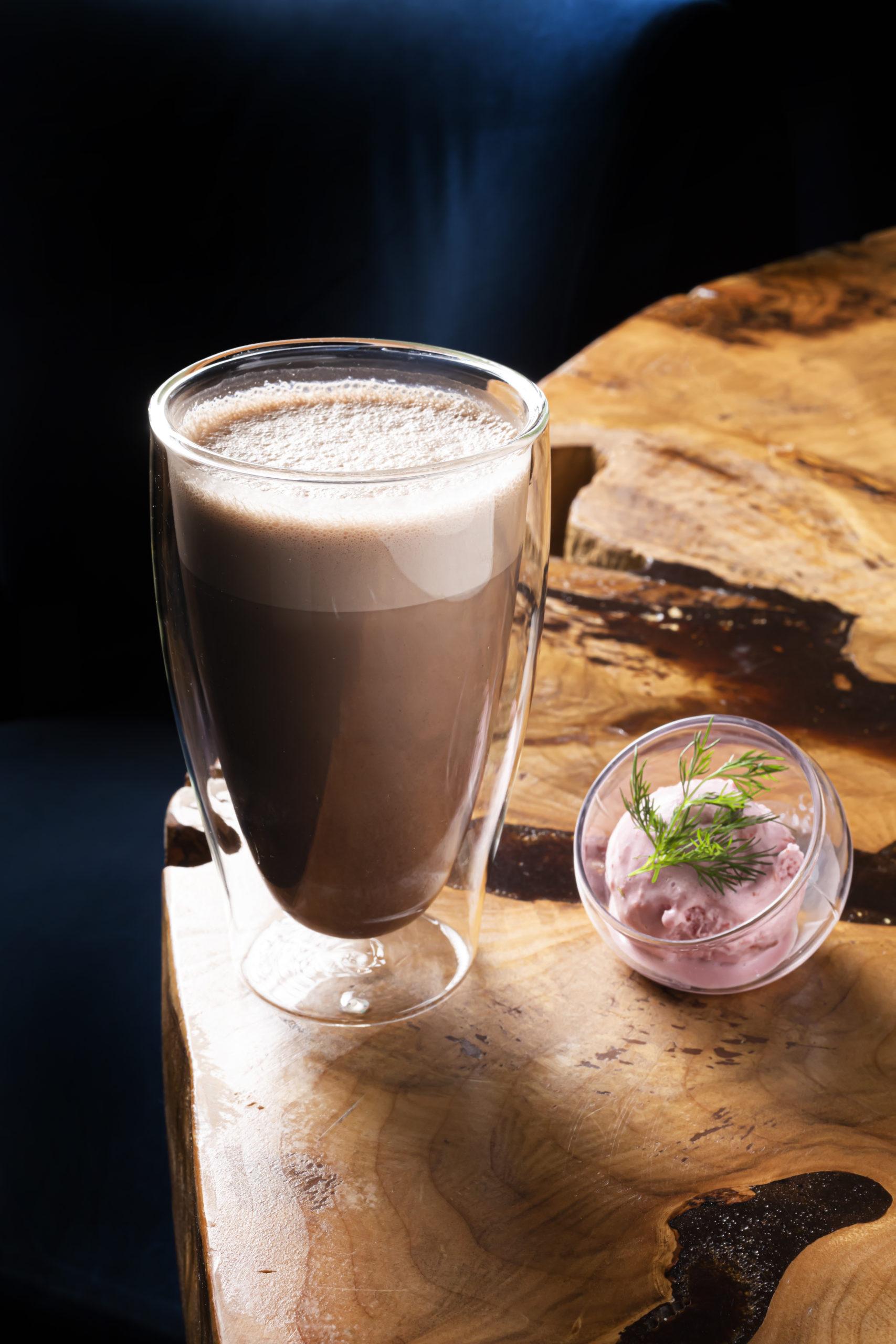 Какао с карамелью, бейлисом и клубничным мороженым