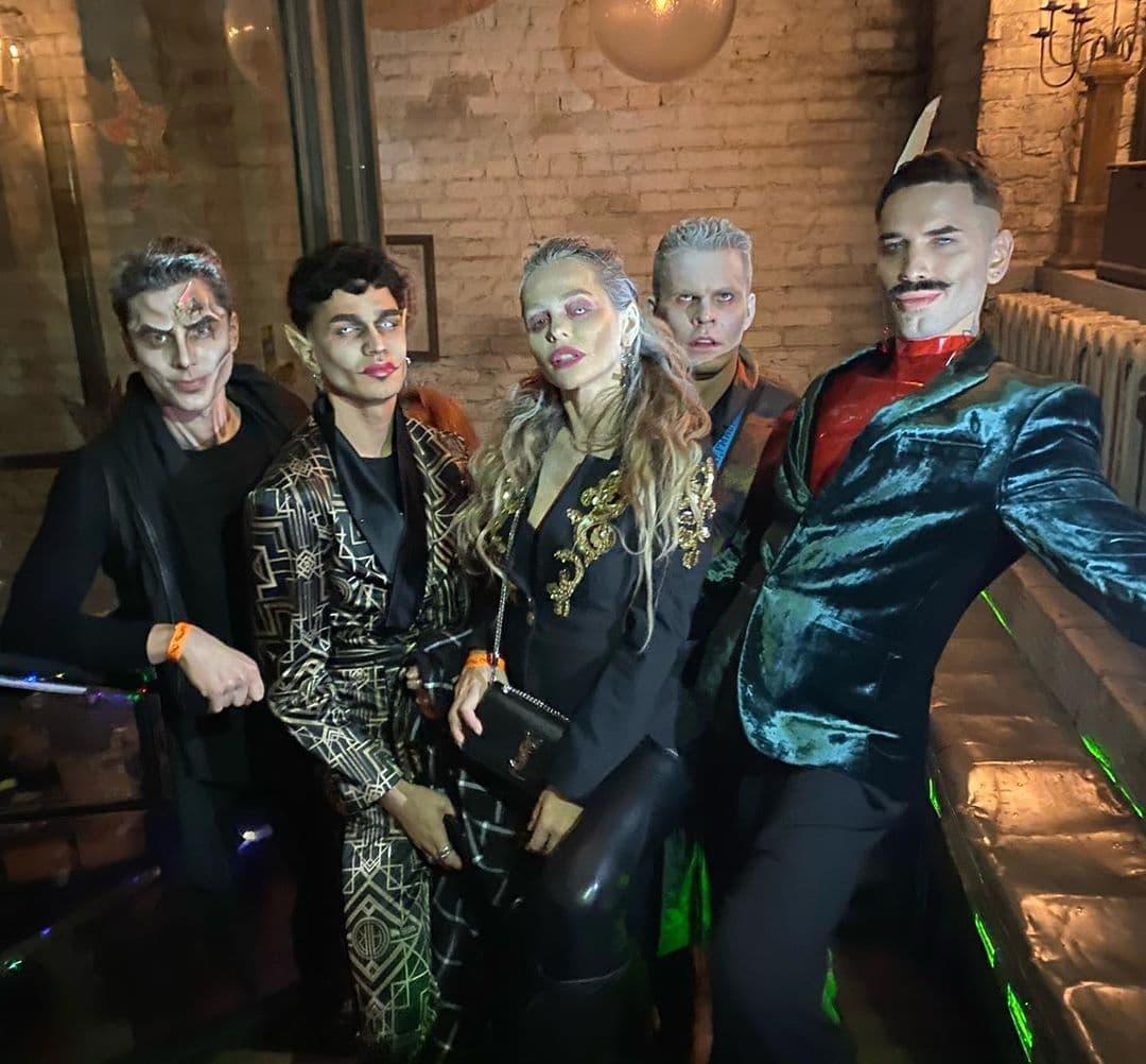 Анна Хилькевич с друзьями / фото: Instagram @annakhilkevich