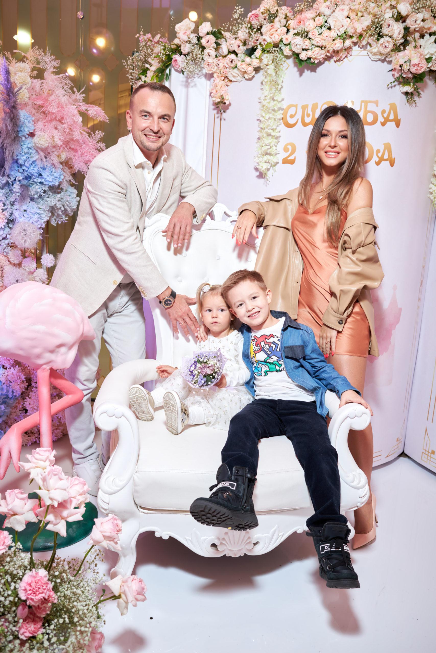 Игорь Сивов с супругой Нюшей, дочерью Симбой и сыном
