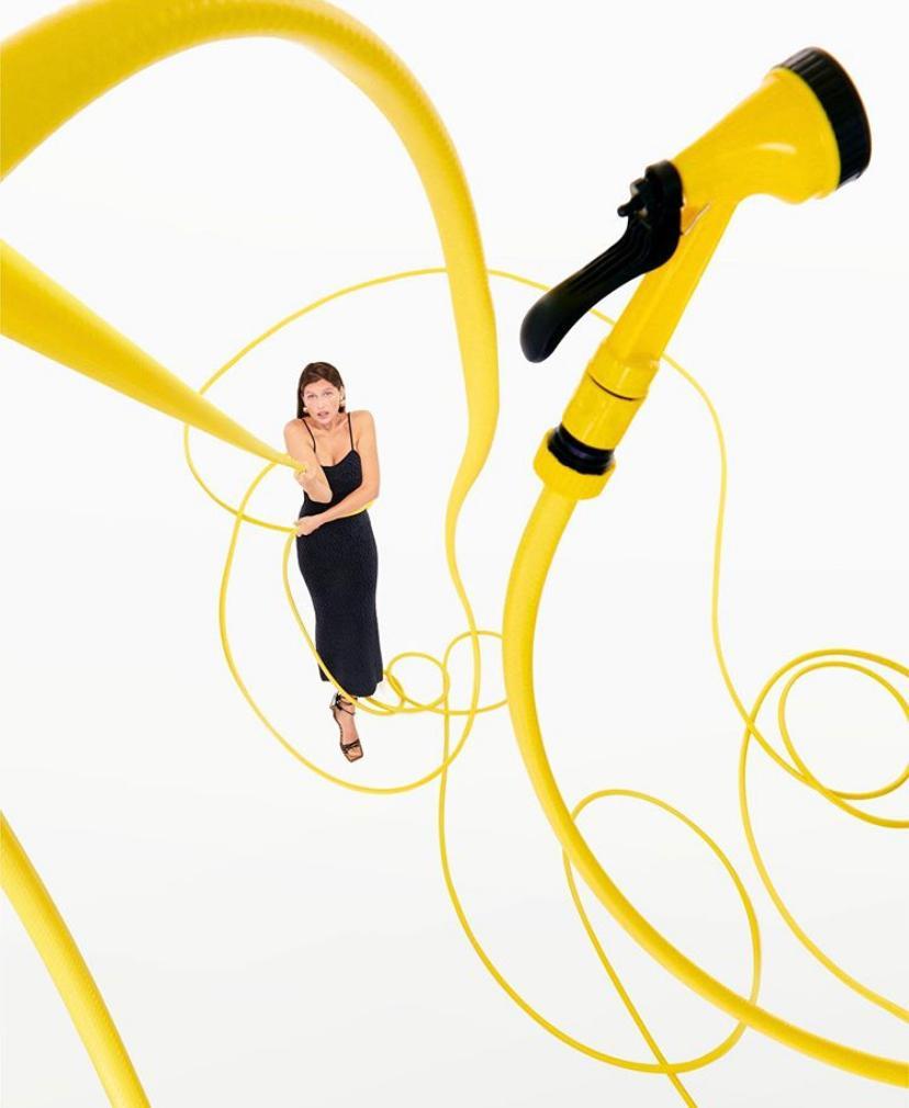 Кнопочный телефон и плеер: Летиция Каста снялась в новом кампейне Jacquemus