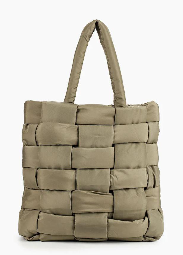 Дутые шопперы и клатчи из экокожи: рассказываем о главных сумках этой зимы