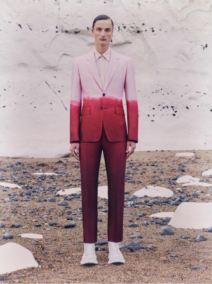 Приталенные костюмы в новой коллекции Alexander McQueen