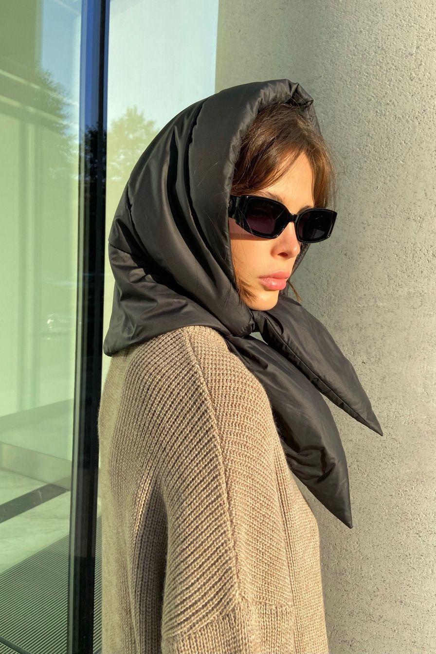 Главные аксессуары зимы: почему мы будем носить кожаные платки и дутые косынки в новом сезоне