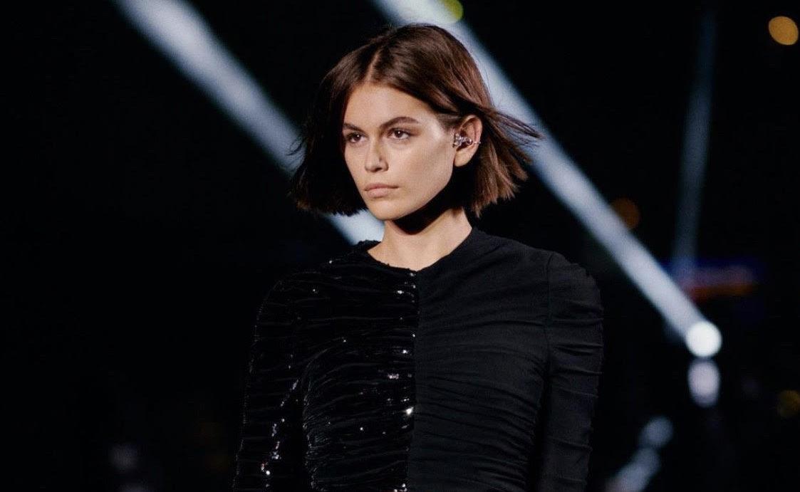 Модные стрижки 2021: отросшая челка и очень длинные локоны