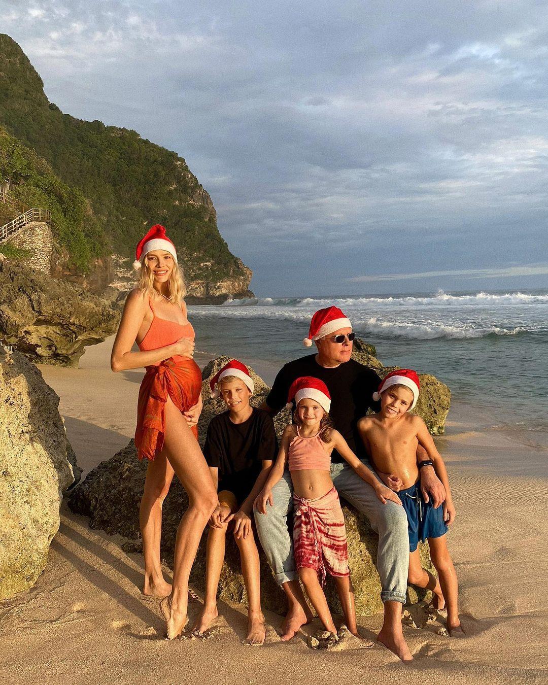 Лена Перминова с мужем Александром Лебедевым и детьми на острове Комодо в Индонезии. Фото: @lenaperminova