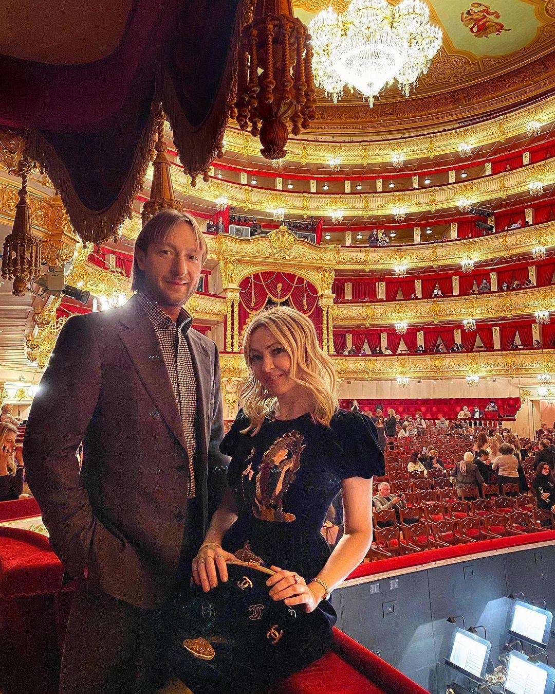 Яне Рудковской 46, а Евгению Плющенко 38, и они уже больше 10 лет доказывают, что возраст в паре не главное. Фото: @rudkovskayaofficial