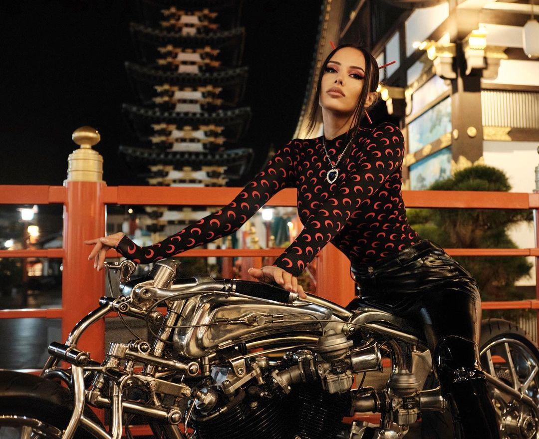 У Анастасии Решетовой, кроме Mercedes, в гараже стоит еще и мотоцикл. Фото: @volkonskaya.reshetova