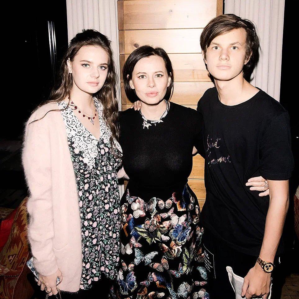Оксана с дочерью Алиной и сыном Егором. Фото: @olololnew