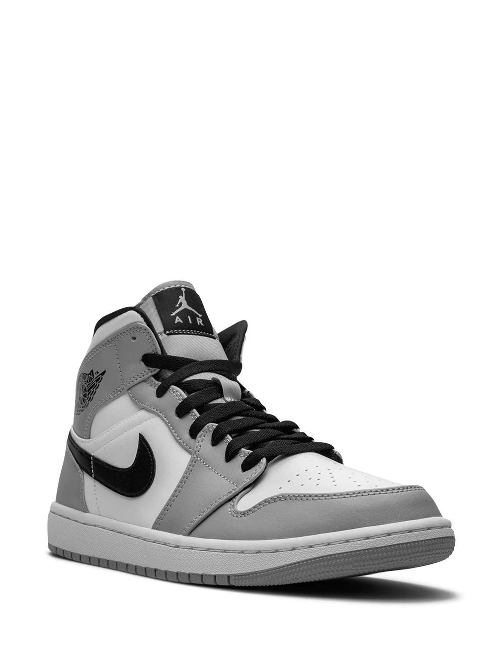 Кроссовки Nike Air Jordan 1 Mid, от 23 000 руб. (Farfetch)