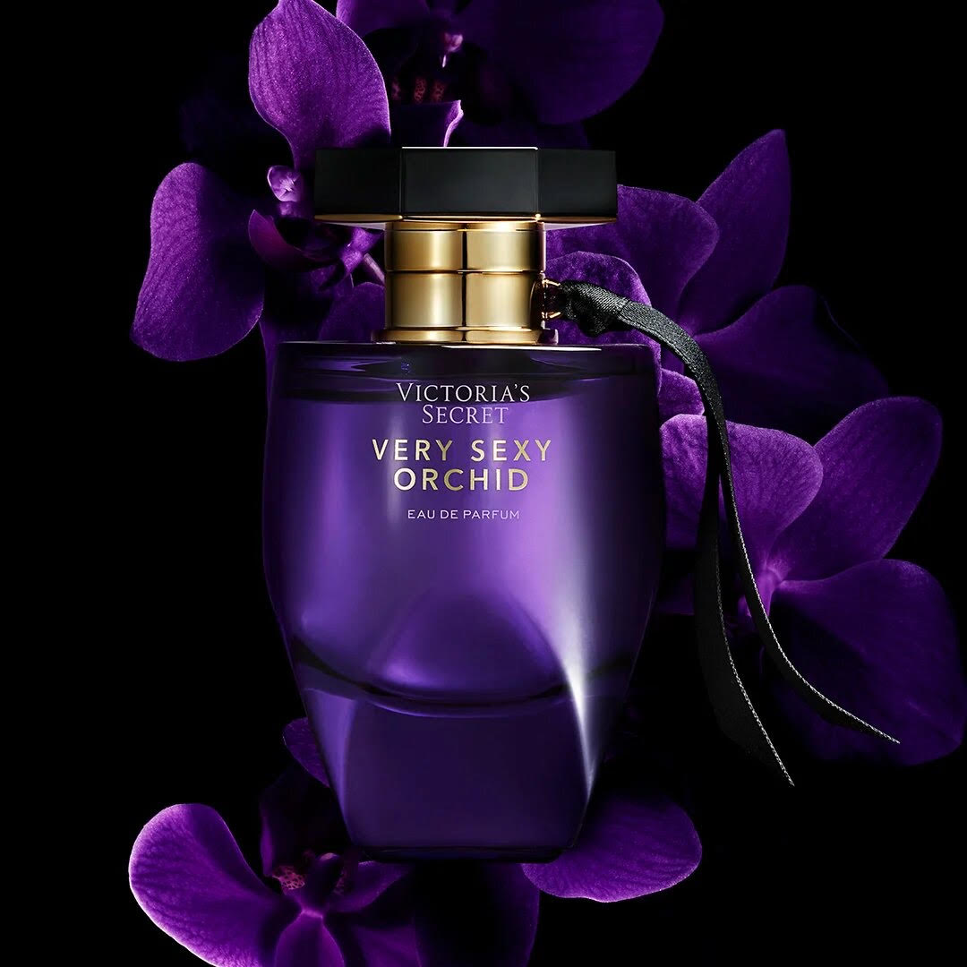 Аромат Victoria' Secret Very Sexy Orchid. Несмотря на название, совсем не вызывающий, а романтичный и женственный. Черная смородина, цитрусы и розовый перец улучшают настроение, пудровый цветок ириса и орхидея придают загадочности.