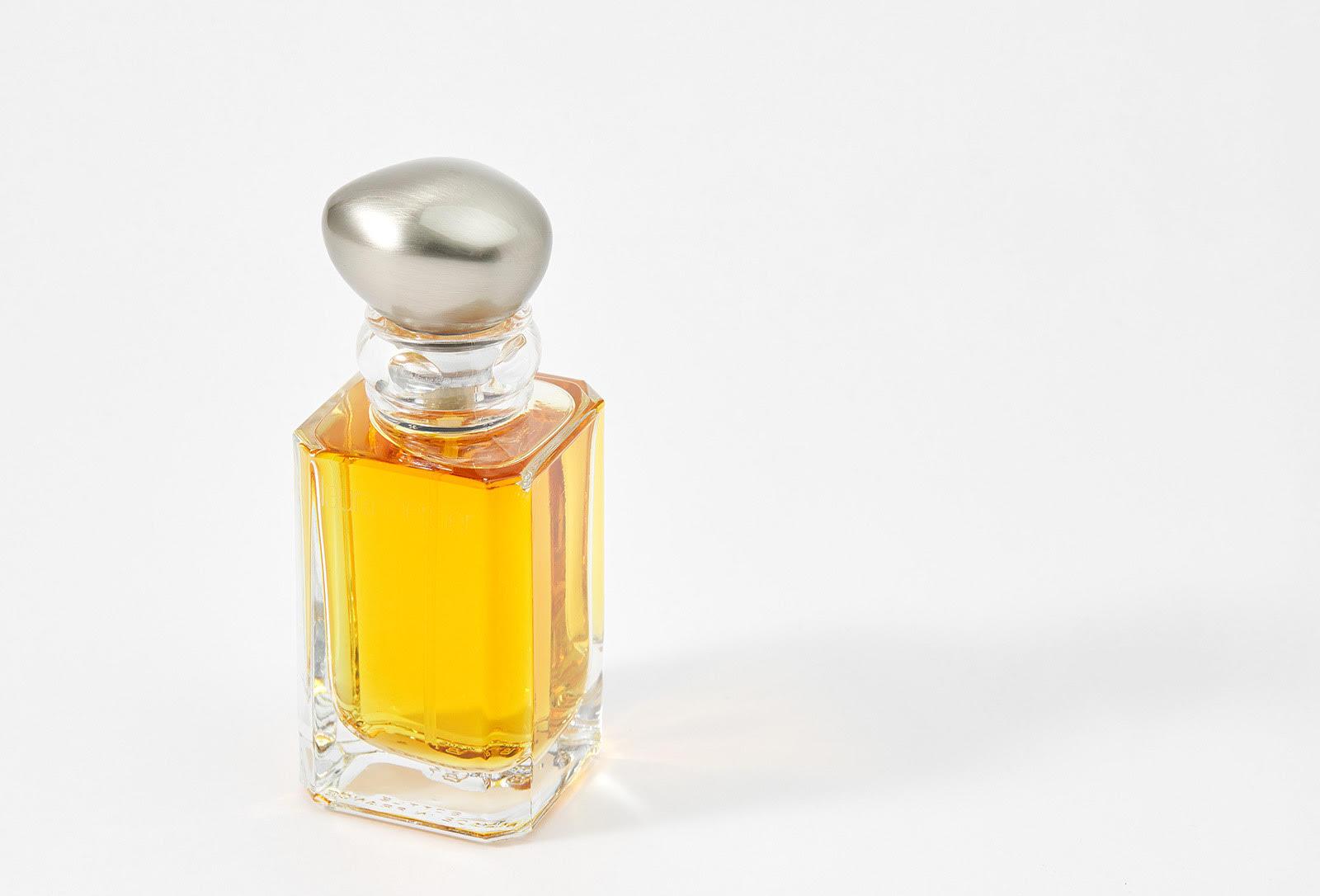 Винтажный аромат Laura Mercier Lumiere d'ambre с нотами сладкого мандарина, пудровой розы, ванильной орхидеи, благородного жасмина, пряной амбры и мускуса.