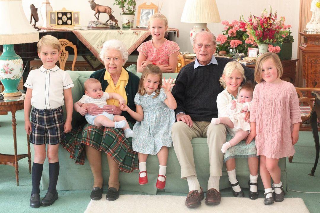 Королева Елизавета и принц Филипп с правнуками (фото: @kensingtonroyal)