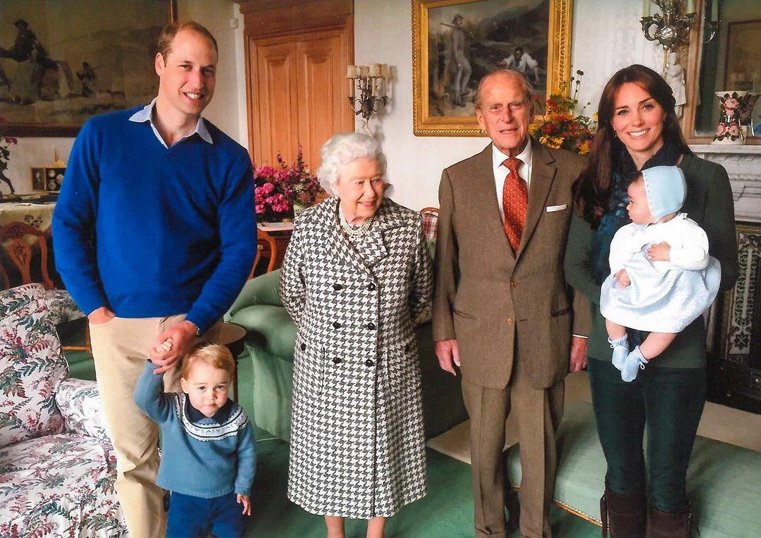 Принц Уильям, королева Елизавета, принц Филипп и Кейт Миддлтон (фото: @kensingtonroyal)