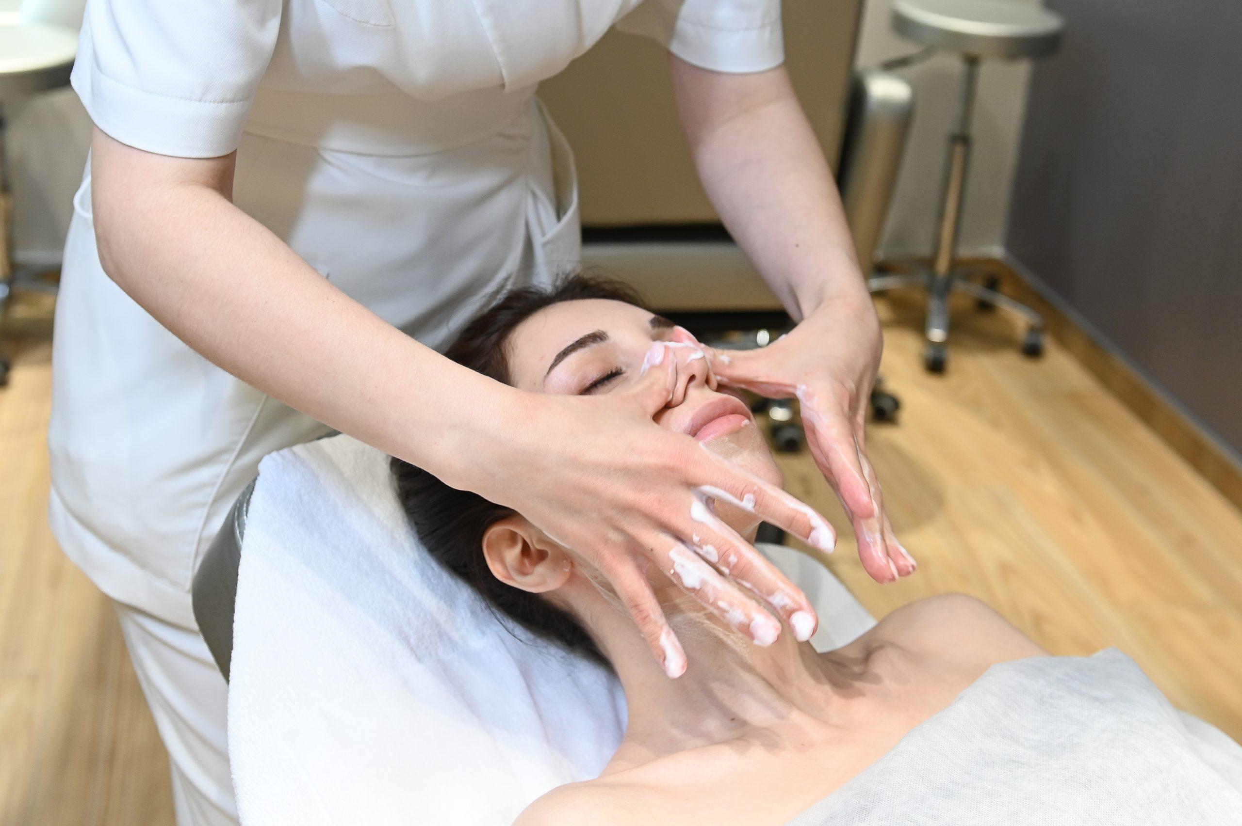 Лед и пламя: что такое массаж криостиками и как он улучшает кожу